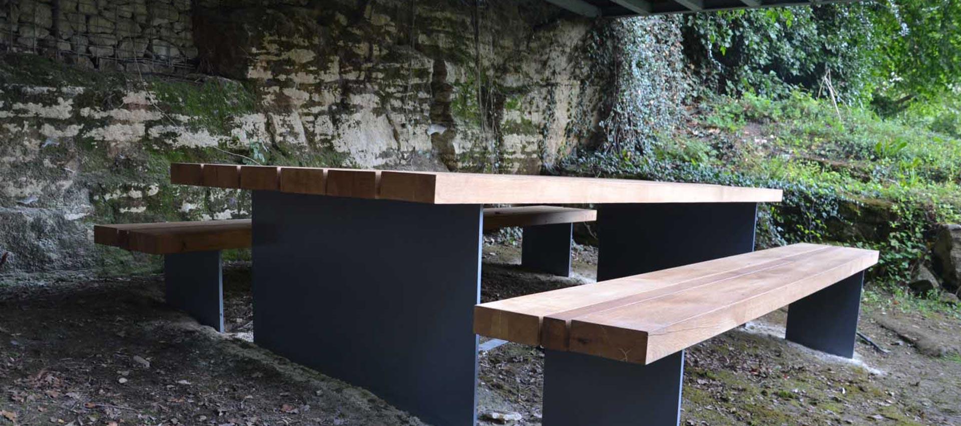 masivní stůl